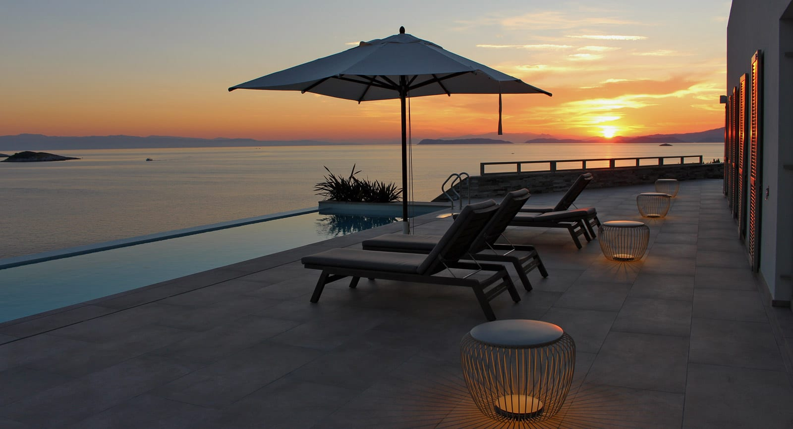 Mobilier si iluminat terasa piscina spa